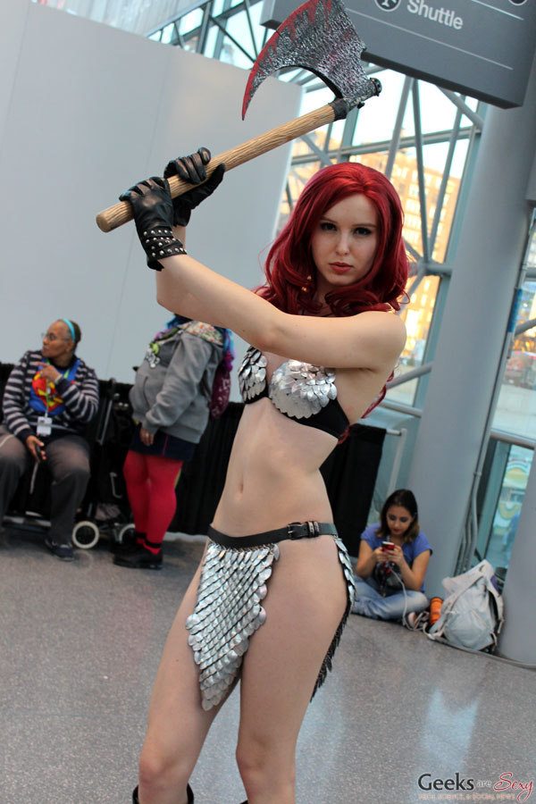comiccon-girl-nude-naked-men-in-tied-up-in